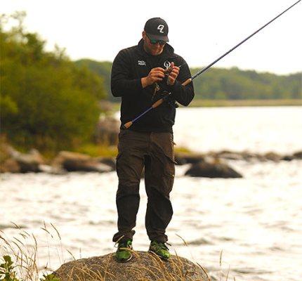 en bild på fiskare som riggar fiskespö