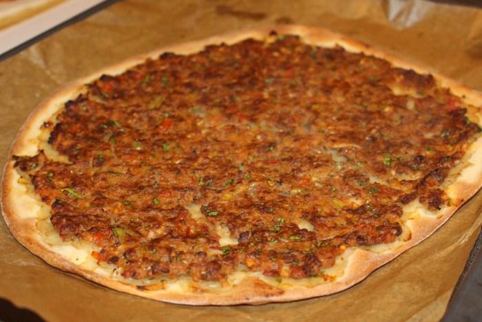 Läckert! För att se om pizzan är färdiggräddad lyfter du på den med en stekspade och tittar om den har fått färg undertill.