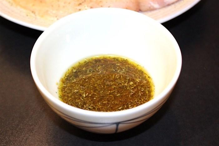Förbered marinaden och ställ åt sidan. Den ska på kycklingen efter stekning.
