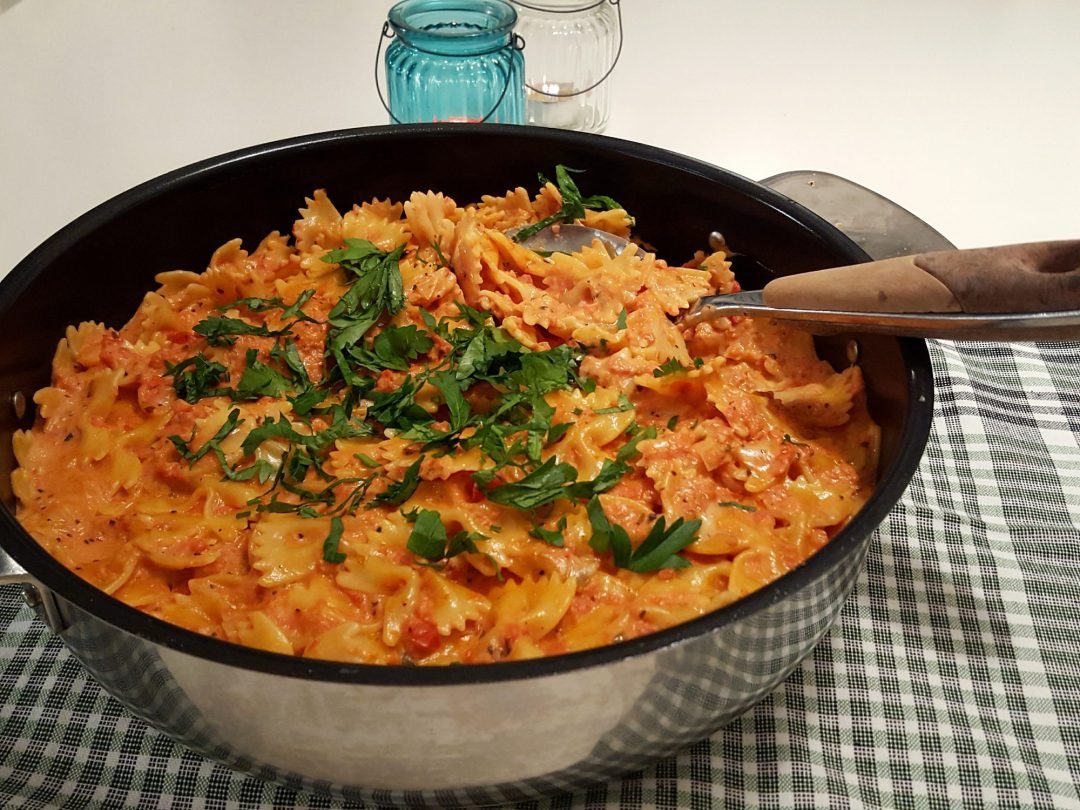 krämig pasta med köttbullar