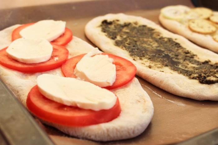 Lägg på önskad garnering, mozzarellan lägger du på precis innan de åker in i ugnen, annars vätskar den sig.