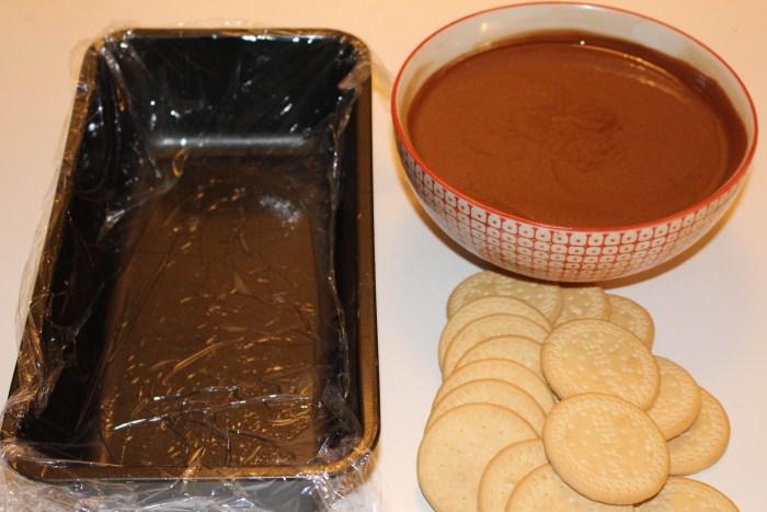 Dags att börja varva smet och kex. Börja och avsluta med chokladsmet.
