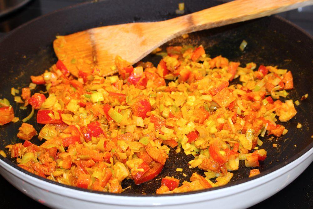Tillsätt paprika, curry och gurkmeja.
