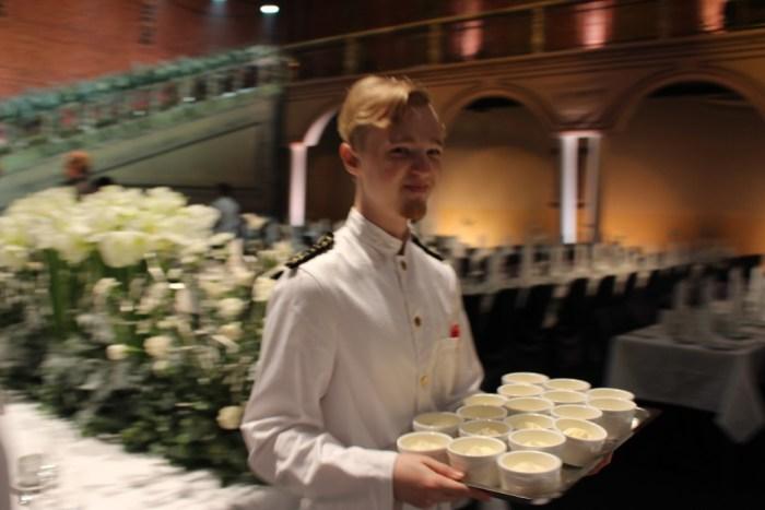 Personalen och 260 servitörer hade fullt upp med förberedelser inför kvällen. Snart skulle folk släppas in.