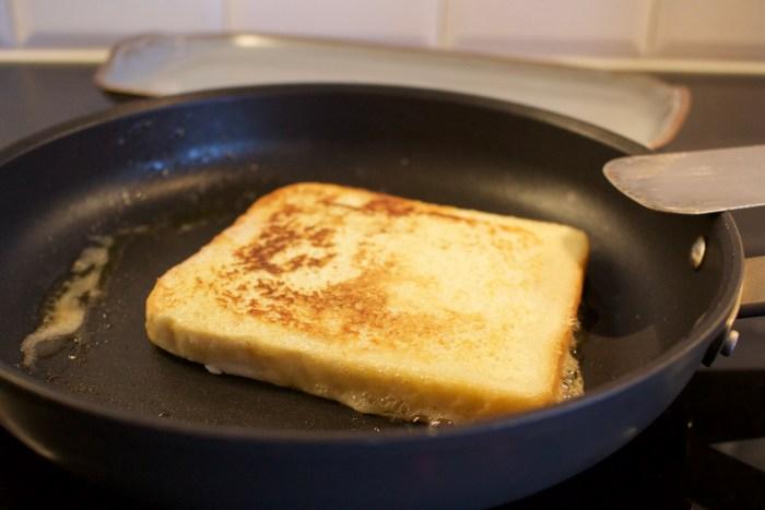 Stek dem på båda sidor i en klick smör tills de får en fin färg.