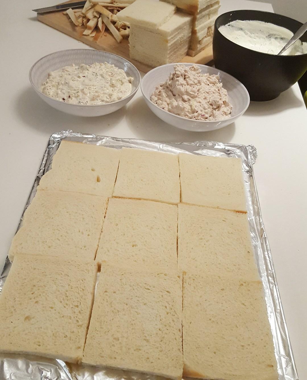 Alla 3 röror är förbereda och kanterna på brödet har jag skärt bort. Du behöver inte skära bort för mycket, behåll all vitt på brödet.
