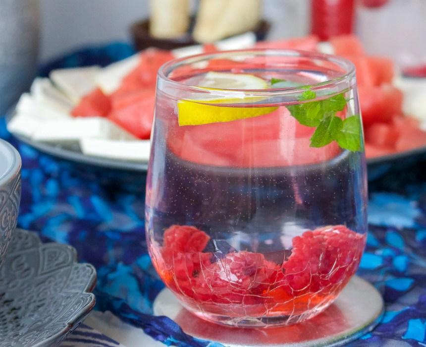Favoritdrycken till maten, smaksatt vatten med bär, munta och citron. Läskande och fräscht.