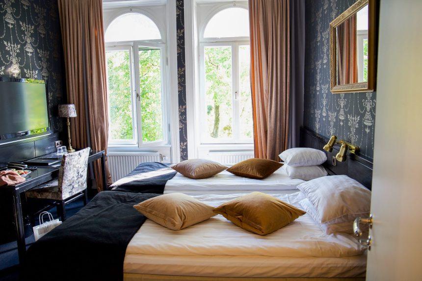 Se så vackert! Kvällen och natten ska vi spendera på Stadshotellet Lidköping.