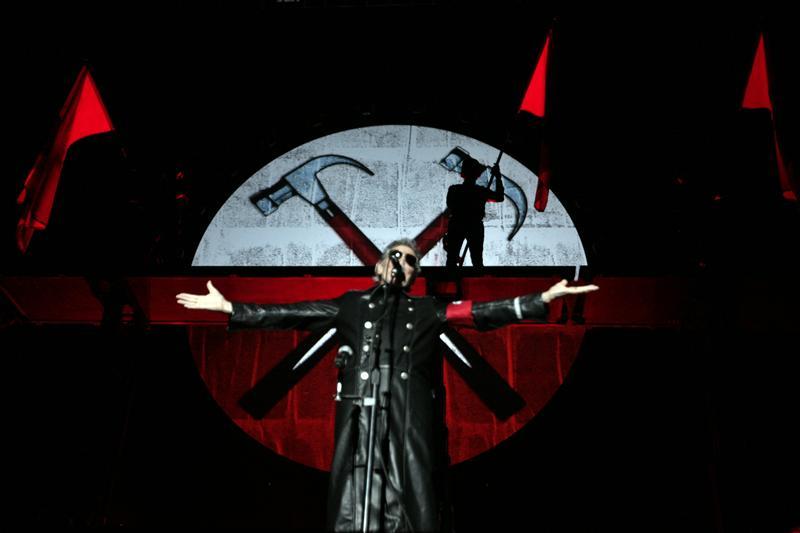 Roger Waters  interpreta su espectáculo The Wall durante el primero de los nueve recitales que llevará a cabo en el  estadio de River Plate en Buenos Aries (Foto: EFE/ Cézaro De Luca)