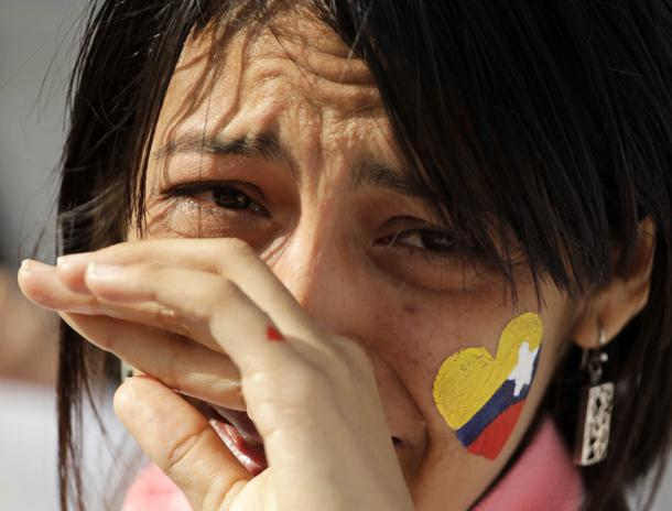 Una estudiante de medicina venezolana llora la muerte de Chávez (Reuters)