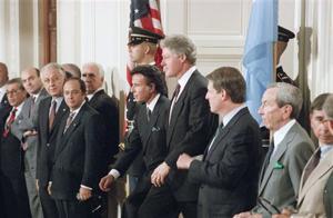 Menem y Clinton, en 1993, en la Casa Blanca. Hacia la izquierda de la foto, Domingo Cavallo y Guido Di Tella (AP)
