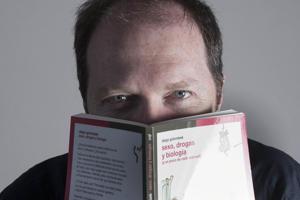 Golombek, con otra de sus publicaciones de Siglo XXI