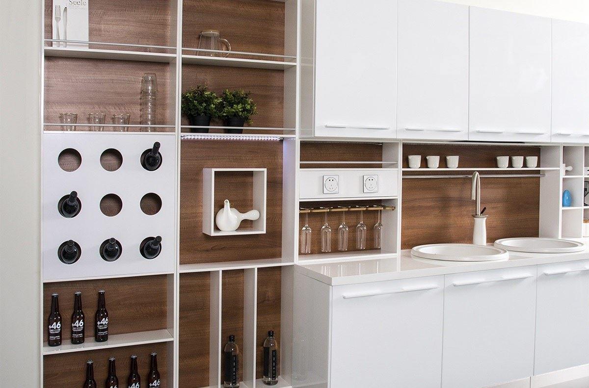 廚房收得好,似乎有點阻礙了動線. 先不談櫃檯,顧客排隊過程映入眼簾的,隱形抽屜,去補強整個結構. 櫃檯的位置,絕對是您首選的裝潢設計網