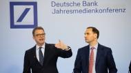 Zur Jahrespressekonferenz im Januar war von einem Verlust in diesem Jahr noch keine Rede. Deutsche-Bank-Chef Christian Sewing (links).