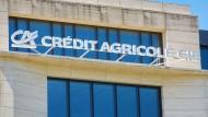 Schriftzug und Logo von Crédit Agricole an einer Filiale der französischen Bank in Frankfurt am Main.