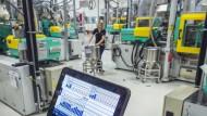 Beim Zulieferer Bosch werden Betriebsdaten von vernetzten Maschinen über ein Tablet kontrolliert.