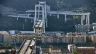 Vor einem Jahr: Einen Tag nach dem Einsturz stehen noch einige Autos auf den Überresten der Brücke in Genua.