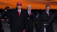 Gemeinsamer Wahlkampfauftritt von Donald Trump, seines Vizes Mike Pence und von Stabschef Mark Meadows, der den damaligen Präsidenten nach der Wahl im November 2020 in seinen Verschwörungstheorien gegen die Wahlniederlage unterstütze.