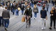 Manche mit Maske, manche ohne: Fußgänger am vorletzten Oktoberwochenende in Bern