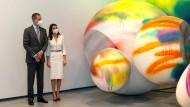 Spaniens Königspaar Felipe und Letizia am Donnerstag bei der Museums-Einweihung Inauguration vor einer Installation von Katharina Grosse