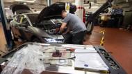Elektroauto in der Werkstatt: Die Mitgliedstaaten wollen die E-Mobilität nach vorne bringen.