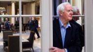 """John le Carré Anfang Oktober 2010 im Grand Foyer des Berner Hotels Bellevue Palace: Sein Roman """"Our Kind of Traitor"""" handelt von einem russischen Oligarchen, der in diesem Hotel seinen besonderen Geschäften nachgeht und entführt wird."""