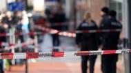 Polizei und Spurensicherung sichern am Donnerstagabend den Tatort.
