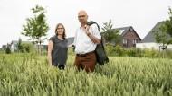 Mandy von Zobeltitz und Ulrich Niestrath auf dem Feld nahe ihrer Wohnsiedlung