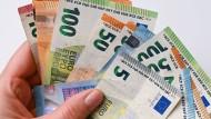 Als Zahlungsmittel halten die Menschen in Deutschland weiter an Geldnoten und Münzen fest.