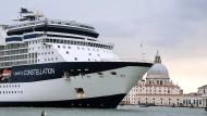 Zwei Welten prallen aufeinander: Kreuzfahrtschiff in Venedig