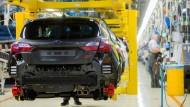 Mitarbeiter von Ford arbeiten in einer Produktionshalle für den Fiesta. Die Probleme bei dem Autobauer in Europa sind aus Sicht von dessen Betriebsrat teilweise hausgemacht.