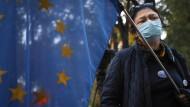 Eine Demonstrantin vor dem Verfassungsgericht in Polen