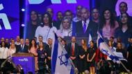 Benjamin Netanjahu singt mit Anhängern des Likud die Nationalhymne.