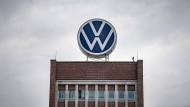 Ein großes VW-Logo steht auf dem Verwaltungshochhaus des Volkswagen-Werks in Wolfsburg.