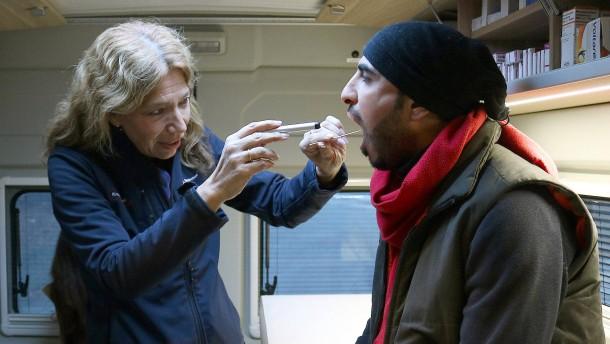 © dpa Eine Ärztin untersucht in einer mobilen Praxis einen Flüchtling aus Syrien