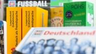 Wörter- und Lernbücher von Langenscheidt und Pons liegen in der Bibliothek eines Lernzentrums in Frankfurt.