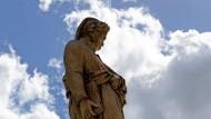Zur literarischen Überfigur wurde er auch durch seine deutschen Deuter: Dante als Standbild in Florenz.