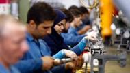 Iranische Arbeiter arbeiten in der Industriefabrik Kachiran Sewing Machine in der Stadt Qazvin, Westiran.