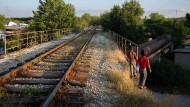 Spielende Kinder neben den kaum befahrenen Bahngleisen in der südserbischen Industriestadt Bor im Mai 2021.