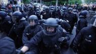Polizisten und Demonstranten am 1. Mai 2020 in Berlin