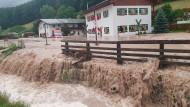Der Landkreis Berchtesgadener Land hat nach starkem Regen wegen Hochwassers den Katastrophenfall ausgerufen.
