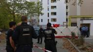 Polizisten stehen vor dem Hochhaus im Märkischen Viertel in Berlin aus dem ein Gegenstand geworfen wurde. Dieser traf einen Achtjährigen tödlich.