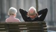 Die Höhe der Rente dürfte beeinflussen, wie entspannt Rentner sich zurücklehnen können.