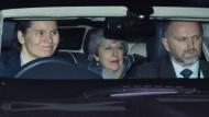 Theresa May verlässt dass Parlament nach der Abstimmung
