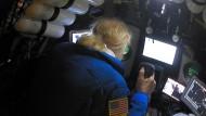 Untersee-Forscher Victor Vescovo steuert das U-Boot DSV Limiting Factor durch den Marianengraben.