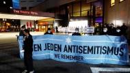 """Nach Antisemitismus-Vorwürfen versammelten sich am Abend Hunderte Menschen vor dem """"Westin Hotel"""" in Leipzig."""
