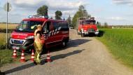 Sachsen-Anhalt, Sandersdorf-Brehna: Die Feuerwehr steht am Flugplatz Renneritz an der weiträumig abgesperrten Unfallstelle.