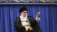 Ajatollah Ali Chamenei im Juli in Teheran bei einem Treffen mit einer Gruppe Geistlicher