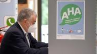 Herbert Reul bei der Abgabe seiner Stimme für die Bundestagswahl in der Stadtbibliothek Leichlingen