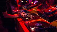 """""""Jetzt suchen wir Leute, die bisher produziert haben und pädagogisch aktiv werden wollen"""": DJ-Pult in einem Offenbacher Nachtclub"""